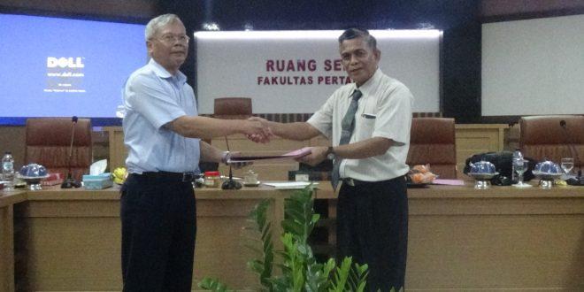 Tim Asesor BAN-PT Menyerah Dokumen Borang Kepada Dekan Fakultas Pertanian Usai di Periksa